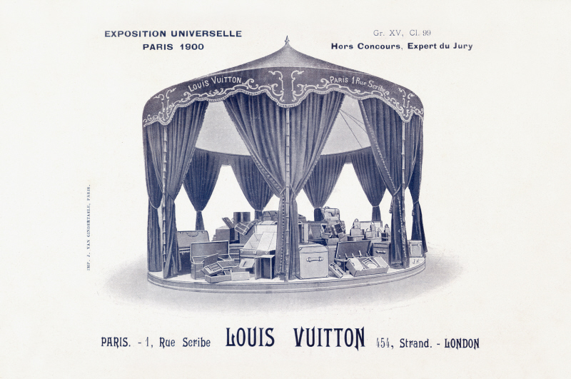 Le Carrousel Louis Vuitton : Gravure representant le stand Louis Vuitton a l'Exposition Universelle, Paris 1900. Louis Vuitton participe a la cinquieme exposition universelle parisienne, inauguree le 14 avril 1900 par le President de la Republique, Emile Loubet. Avec 83 000 exposants, l'Exposition accueille 51 millions de visiteurs en 210 jours. La grande roue de 80 metres de diametre constitue l'attraction la plus spectaculaire de l'Exposition et resta en place jusqu'a l'Exposition Internationale de 1937. La Maison presente ses creations de malles et d'articles de voyage sous un carrousel installe au Palais des industries sur l'Esplanade des Invalides