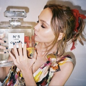 lily-rose-depp-chanel-n-5-eau